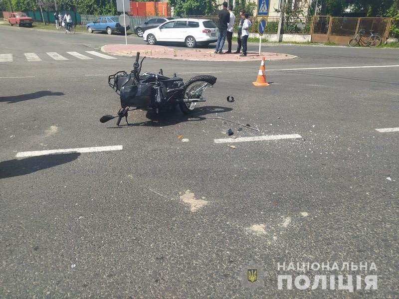 Розтрощений мотоцикл посеред дороги: в області трапилась ДТП