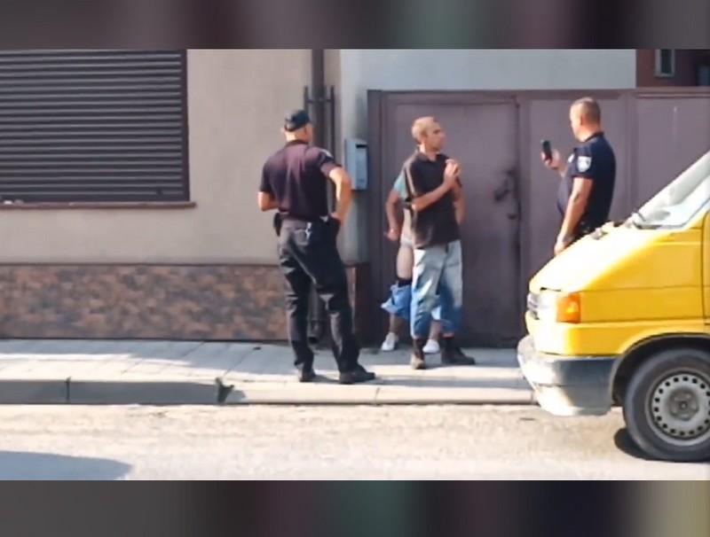 У місті Хуст парочка займалась сексом просто посеред вулиці. Опубліковано відео