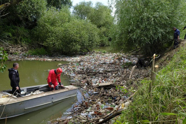 На Закарпатті русла річок очищають від сміттєвих заторів