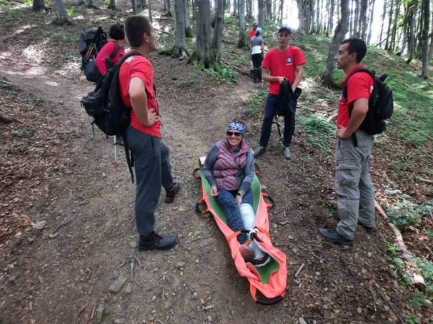 На ношах знесли з гори і відправили в лікарню: на Закарпатті травмувалась туристка