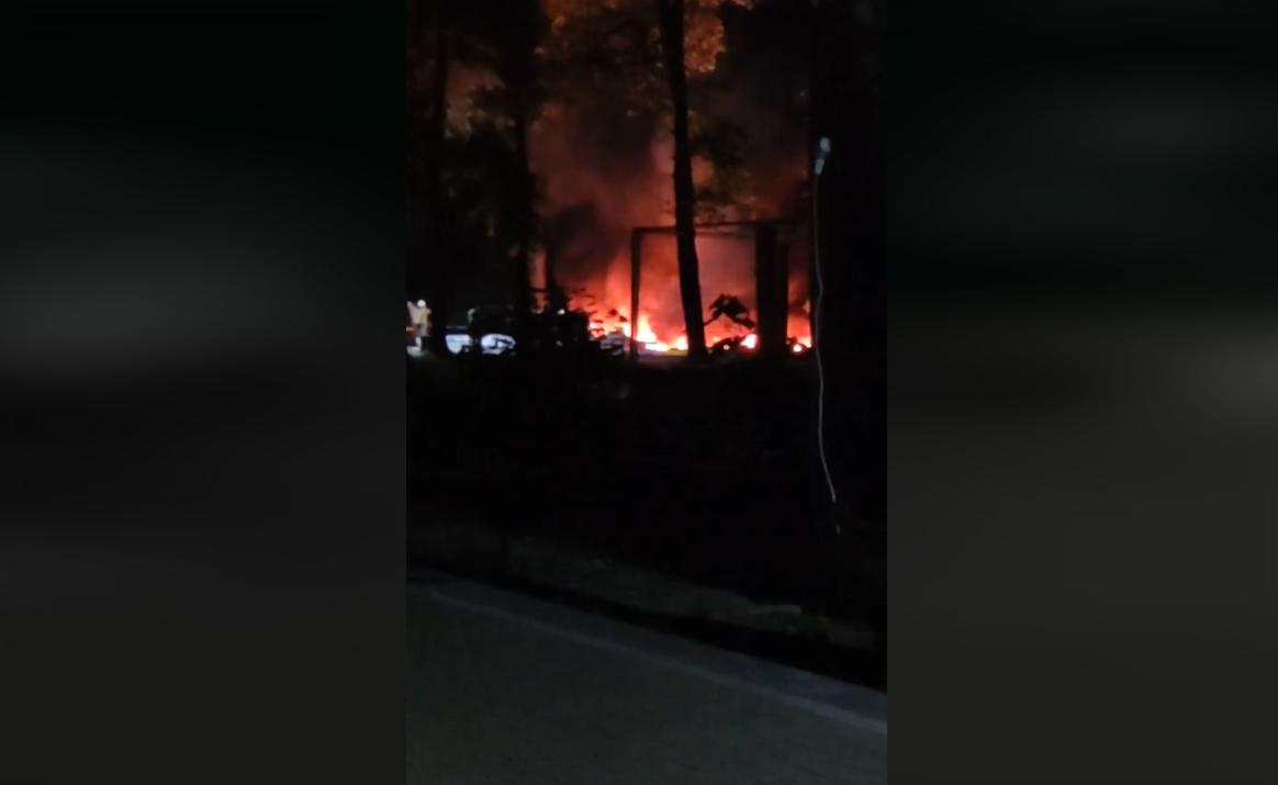 Вночі в Ужгороді на території парку трапилась пожежа: горів атракціон