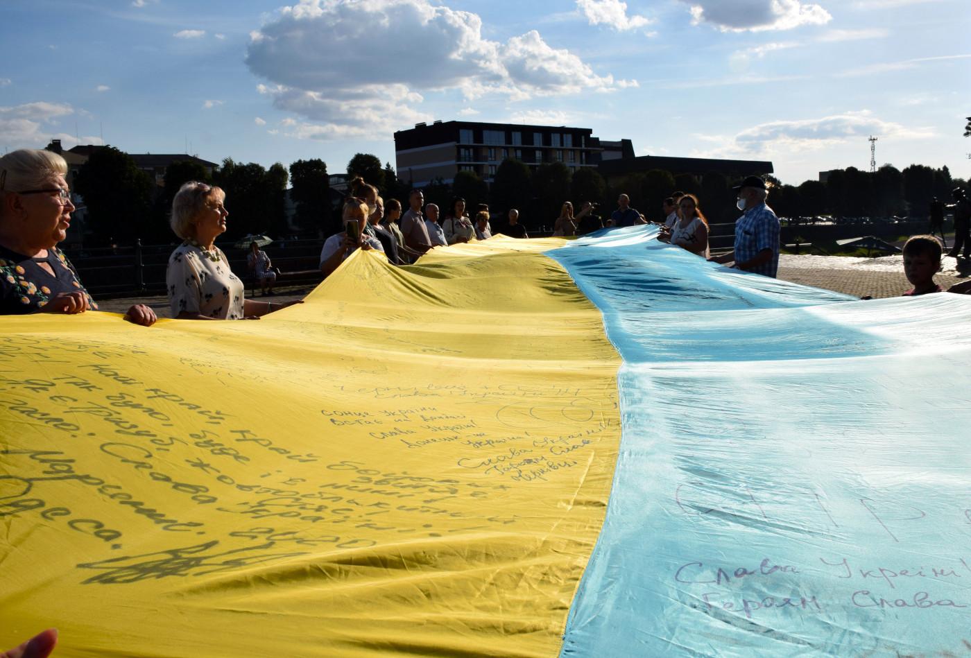 """На Закарпаття привезли 20-метровий """"Прапор єдності"""""""