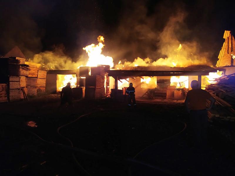 Вночі вирувала велика пожежа: один цех підприємства згорів повністю, ще один – частково