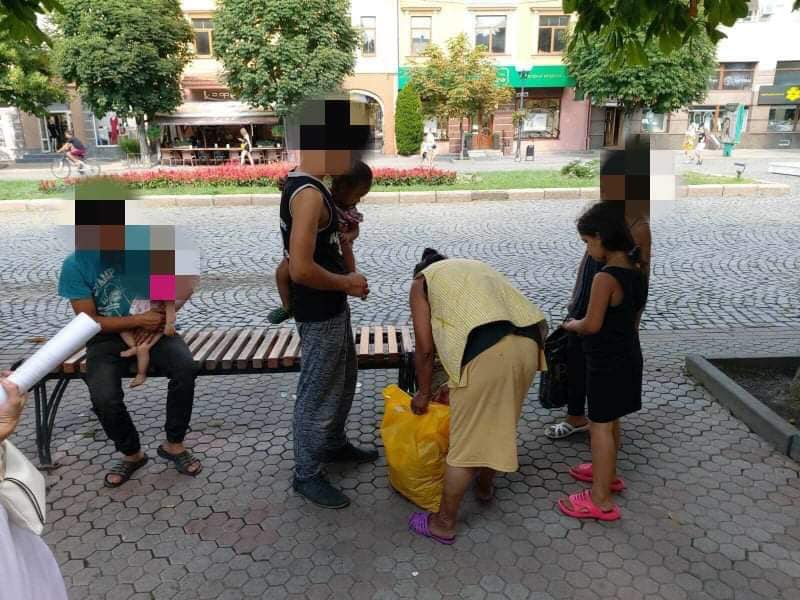 """Кілька осіб пропонували у центрі Мукачева перехожим """"поворожити"""" або """"зняти порчу"""""""