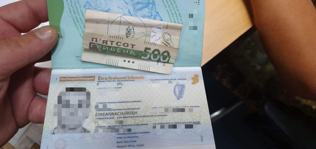 """Гроші замість самоізоляції: чоловік хотів """"відкупитись"""" на кордоні"""