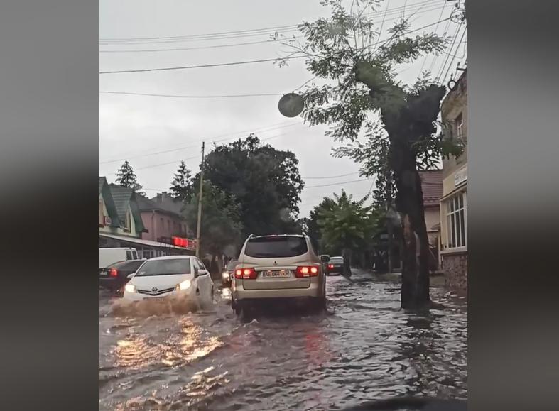 Затоплені дороги та тротуари: у мережі показали відео наслідків негоди у Перечині