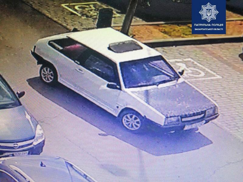 У Мукачеві розшукують винуватця аварії: фото автомобіля