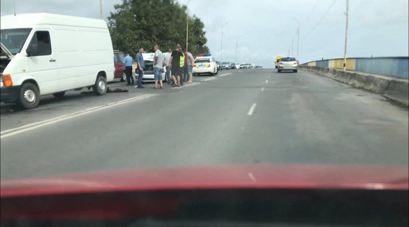 У Мукачеві на мосту поблизу ринку ГІД зіткнулося кілька машин: опубліковано відео
