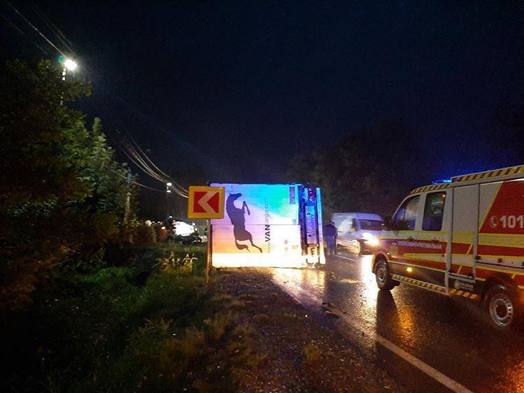 ДТП у Мукачівському районі: вантажівка перекинулась, а мікроавтобус – у кюветі