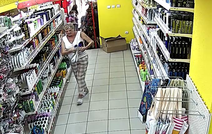 Нахабно крала товар в магазині Копійочка: відеокамери зафіксували злочин у Мукачеві
