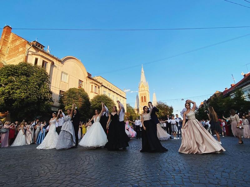 Як у Мукачеві на параді випускників вальс танцювали: опубліковано відео