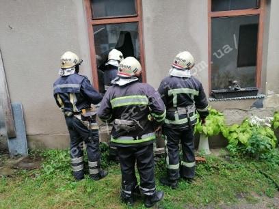 Пожежа у Мукачеві: сусіди винесли із квартири непритомного чоловіка