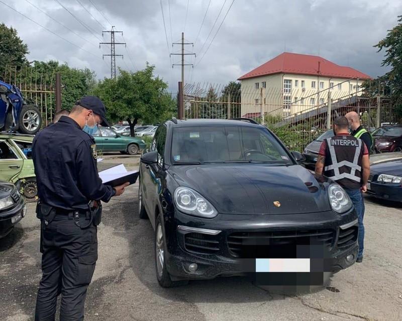 В Ужгороді знайшли авто «Porsche Cayenne», яке викрали у Словаччині