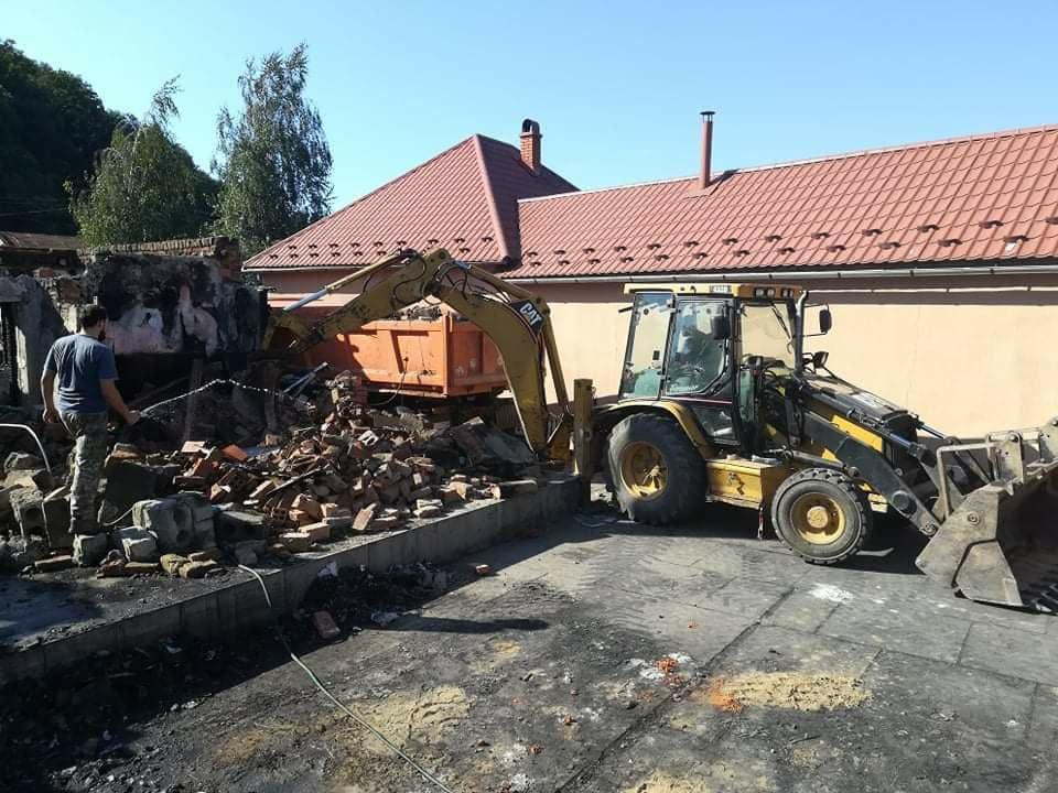 Уцілілі господарські будівлі згорілого будинку священника переобладнують під тимчасове житло