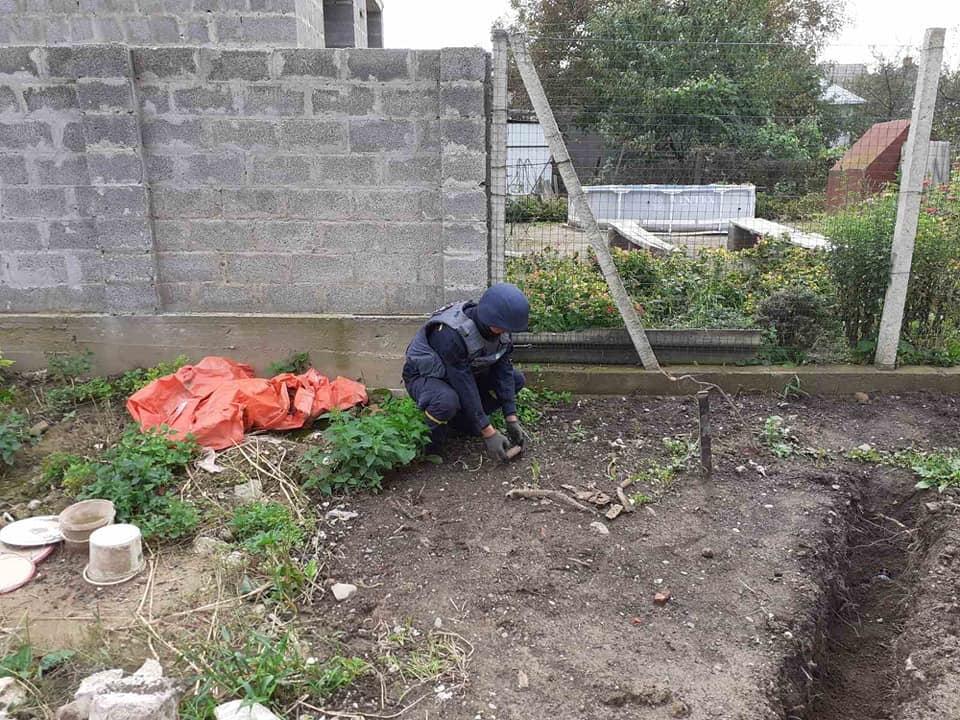 Закарпатець на власному подвір'ї знайшов боєприпас