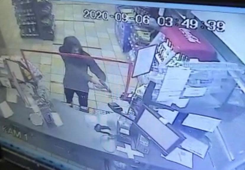 Був у масці та з пістолетом: відео нападу на АЗС в Ужгороді