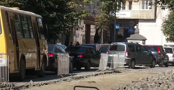 Сварки між водіями та обурення пішоходів: як у центрі Мукачева вже кілька тижнів ремонтують дорогу