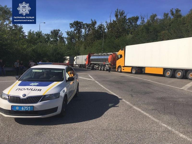 """Поблизу КПП """"Ужгород"""" утворились кілометрові черги з вантажівок"""