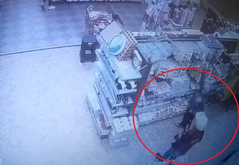 Відеокамери зафіксували крадіжку в магазині Копійочка у центрі Мукачева
