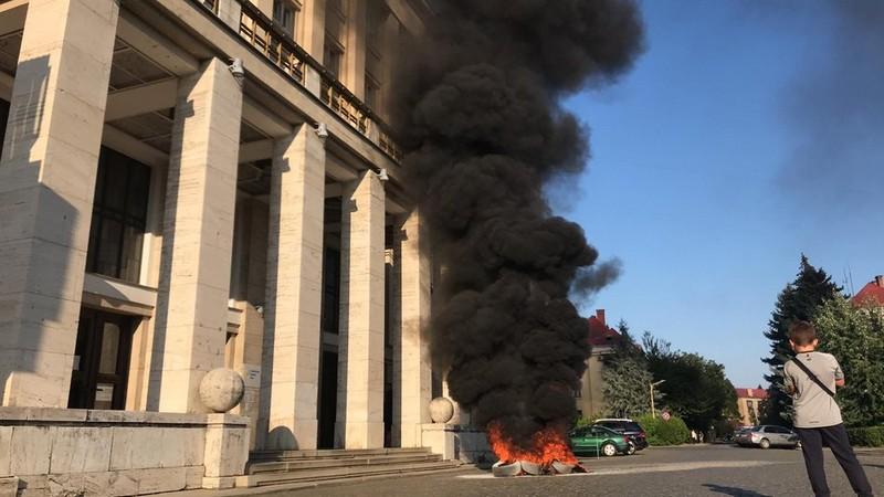 Акція протесту в Ужгороді: біля Закарпатської ОДА запалили шини