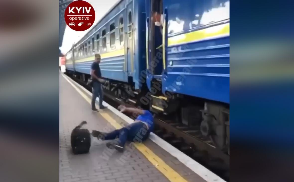 Посадка в потяг Київ-Ужгород ледь не закінчилась для чоловіка трагедією: оприлюднено відео