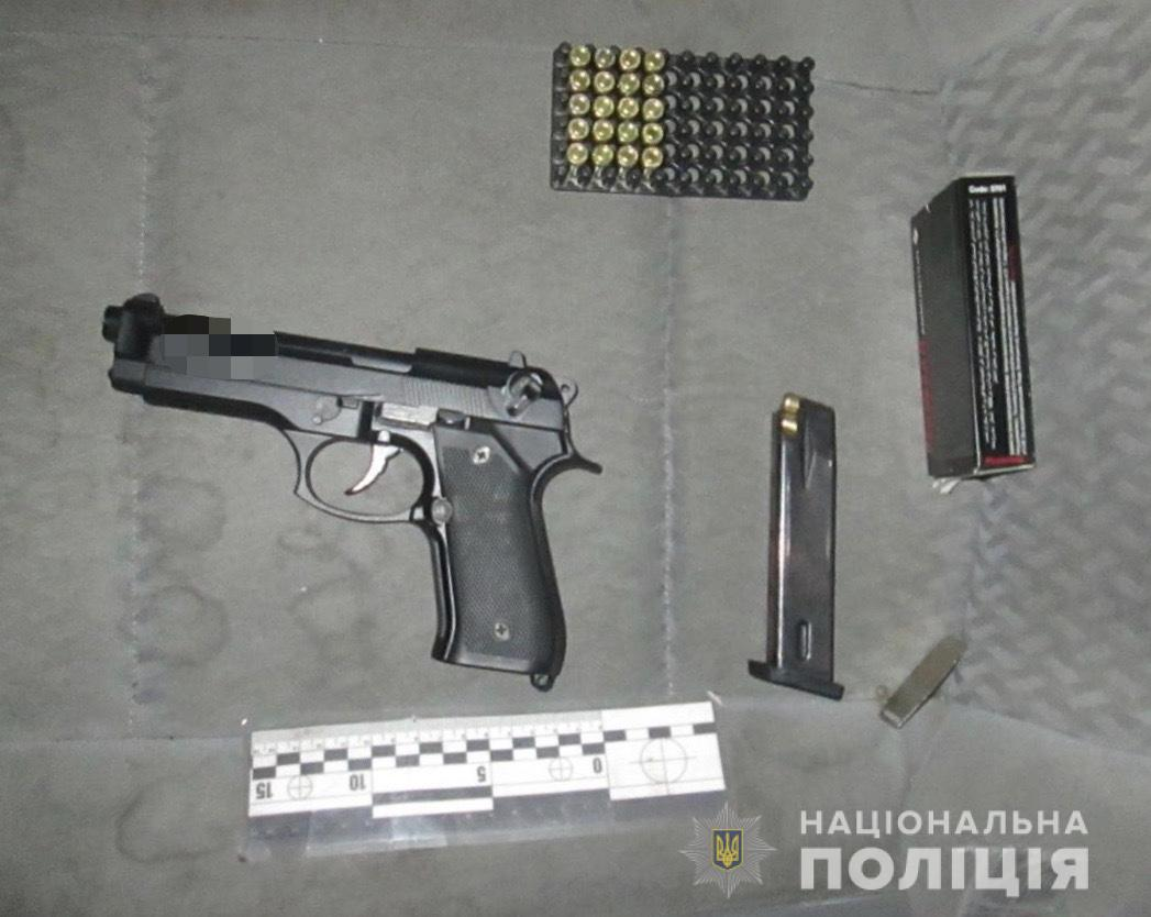 Поліцейські з автомобіля закарпатця вилучили нелегальну зброю та набої