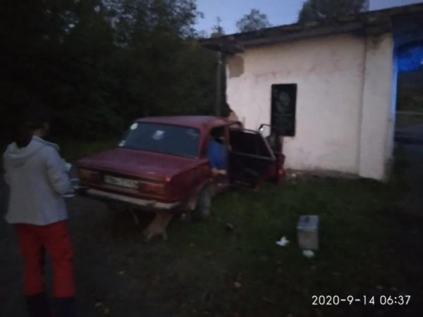 """Вдосвіта водій на """"Жигулях"""" врізався у автобусну зупинку: загинула людина"""