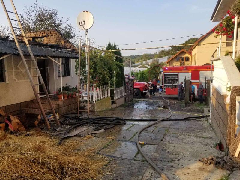 Рятувальники та місцеве населення гасили пожежу, яка виникла на горищі будівлі