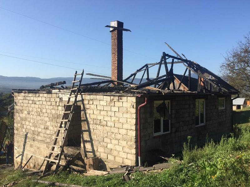 Дівчина побачила, що горить її будинок, коли вже почали падати дерев'яні балки
