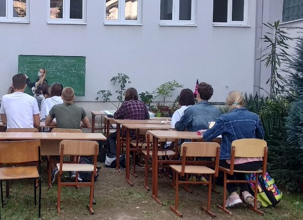 В одній зі шкіл Ужгорода проводять уроки надворі
