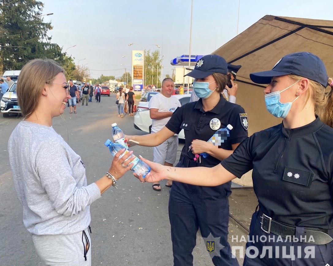 Поліцейські розгорнули пункт видачі води біля кордону, де утворилися кілометрові затори