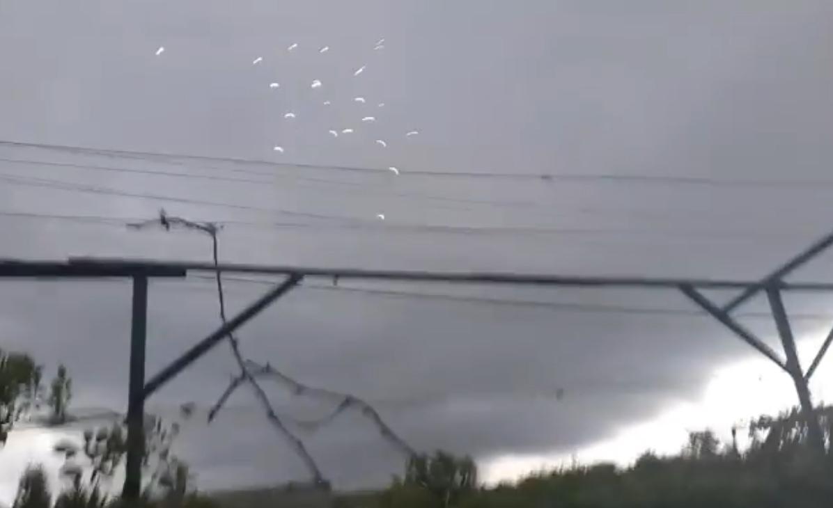 Іскри летять прямо на дах, люди налякані можливими наслідками: відео, що коїться в селі на Мукачівщині