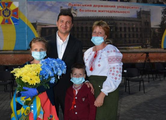 Двоє закарпатців стали героями і отримали подарунки від Володимира Зеленського