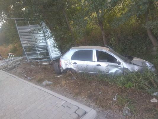 На Мукачівщині авто врізалось в автобусну зупинку