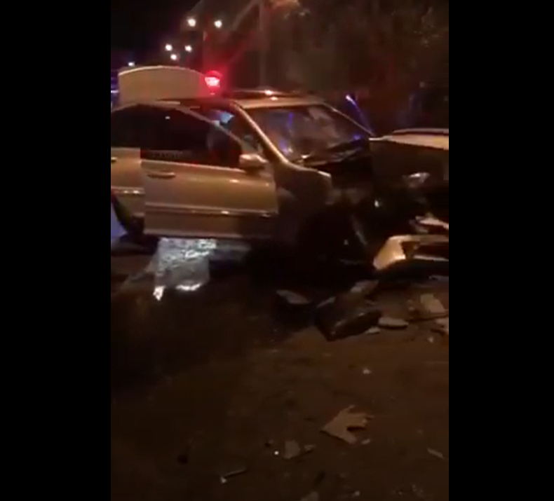 Розкидані уламки по всій вулиці: опубліковано відео нічної ДТП у Виноградові
