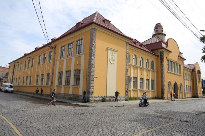 """У Мукачеві представлять виставку картин """"Dercen Art Gallery"""""""