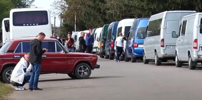 """Новий бізнес для закарпатців: що відбувається поблизу КПП """"Лужанка"""""""