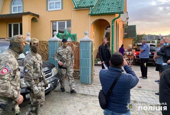 Обшуки у закарпатському селі: правоохоронці навідались до очільника злочинної банди