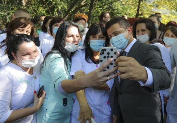 Зеленський у Берегові оглянув лікарню і зробив селфі з медиками