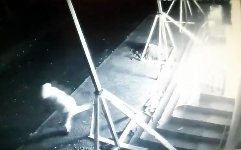 У Мукачеві вночі підпалили супермаркет Алма: відео з камер спостереження