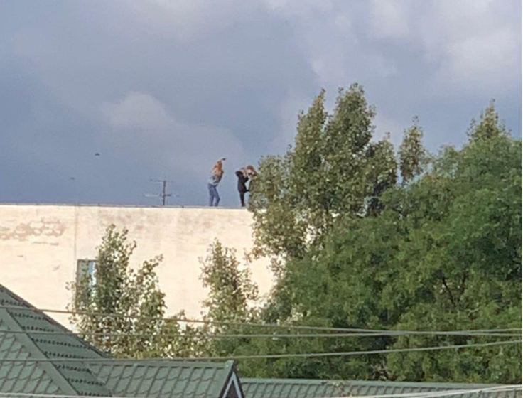 В Ужгороді діти вилізли на дах будинку, аби зробити селфі