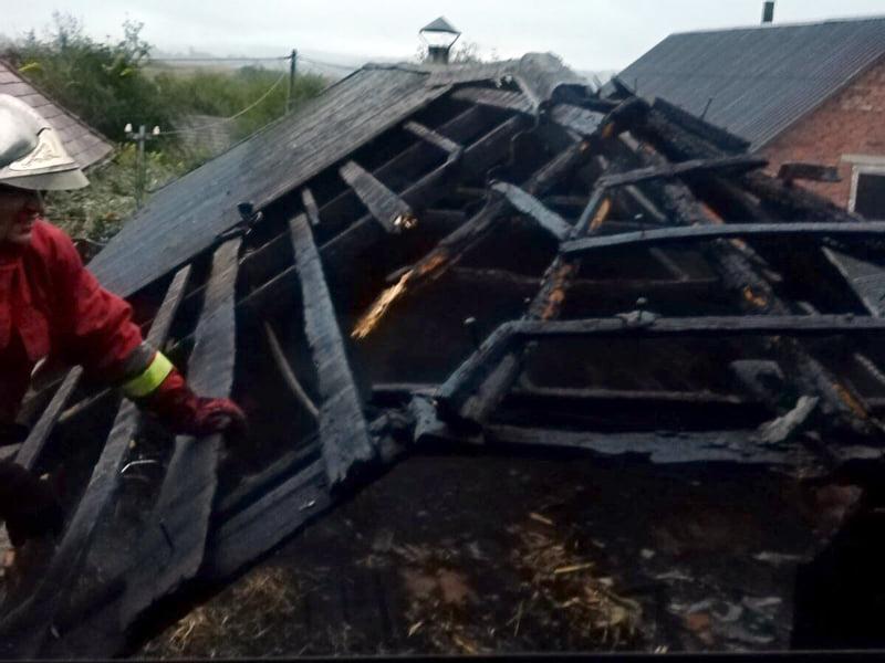 Вогонь із господарської споруди ледь не перекинувся на житловий будинок