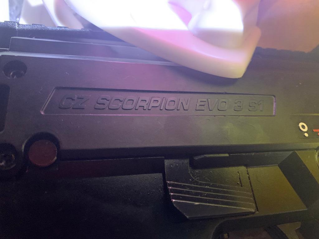 Чоловік сховав два пістолети-кулемети серед іграшок
