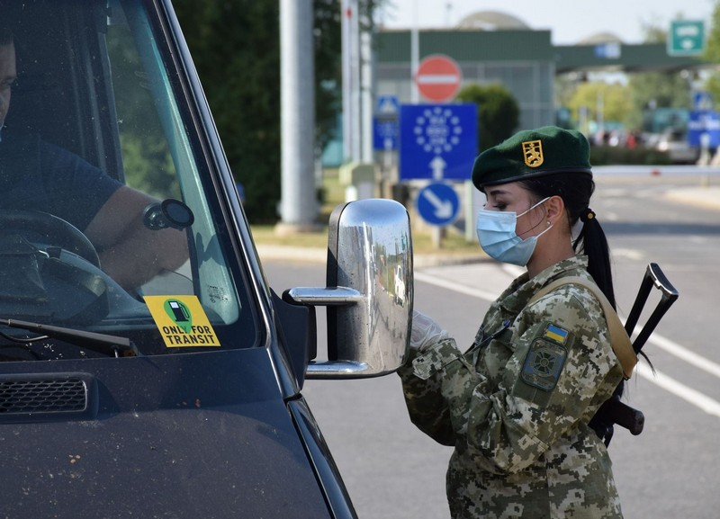 Прикордонникам пропонували хабар на КПП Лужанка, аби уникнути самоізоляції і не встановлювати додаток Дій вдома
