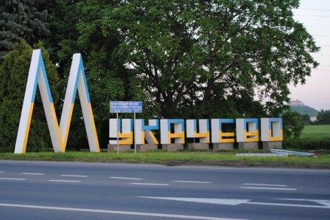 У Мукачеві демонтують два білборди