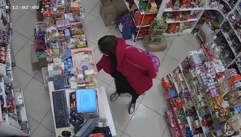 Камери зафіксували крадіжки, які скоїли в магазині Варош у Сваляві впродовж години