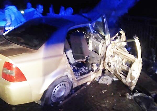 Вечірня ДТП на Закарпатті у селі Нижня Апша: чоловіка та жінку із Хмельницької області затисло у розтрощеній машині