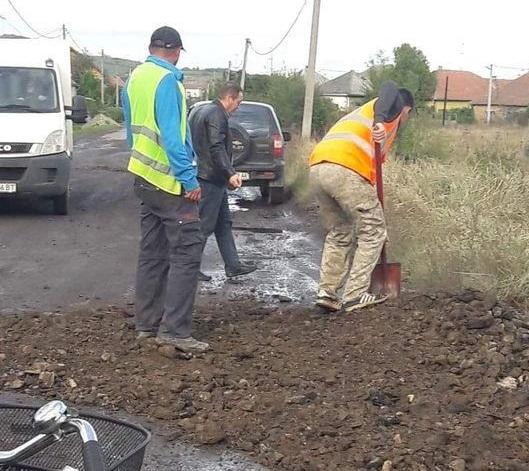 Після протестів у Берегові почали ремонтувати дорогу, але люди здивовані технологією