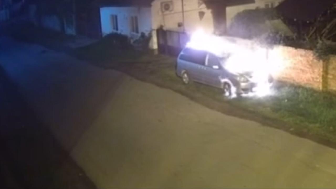 Вночі закарпатцю підпалили автомобіль: камери спостереження записали відео