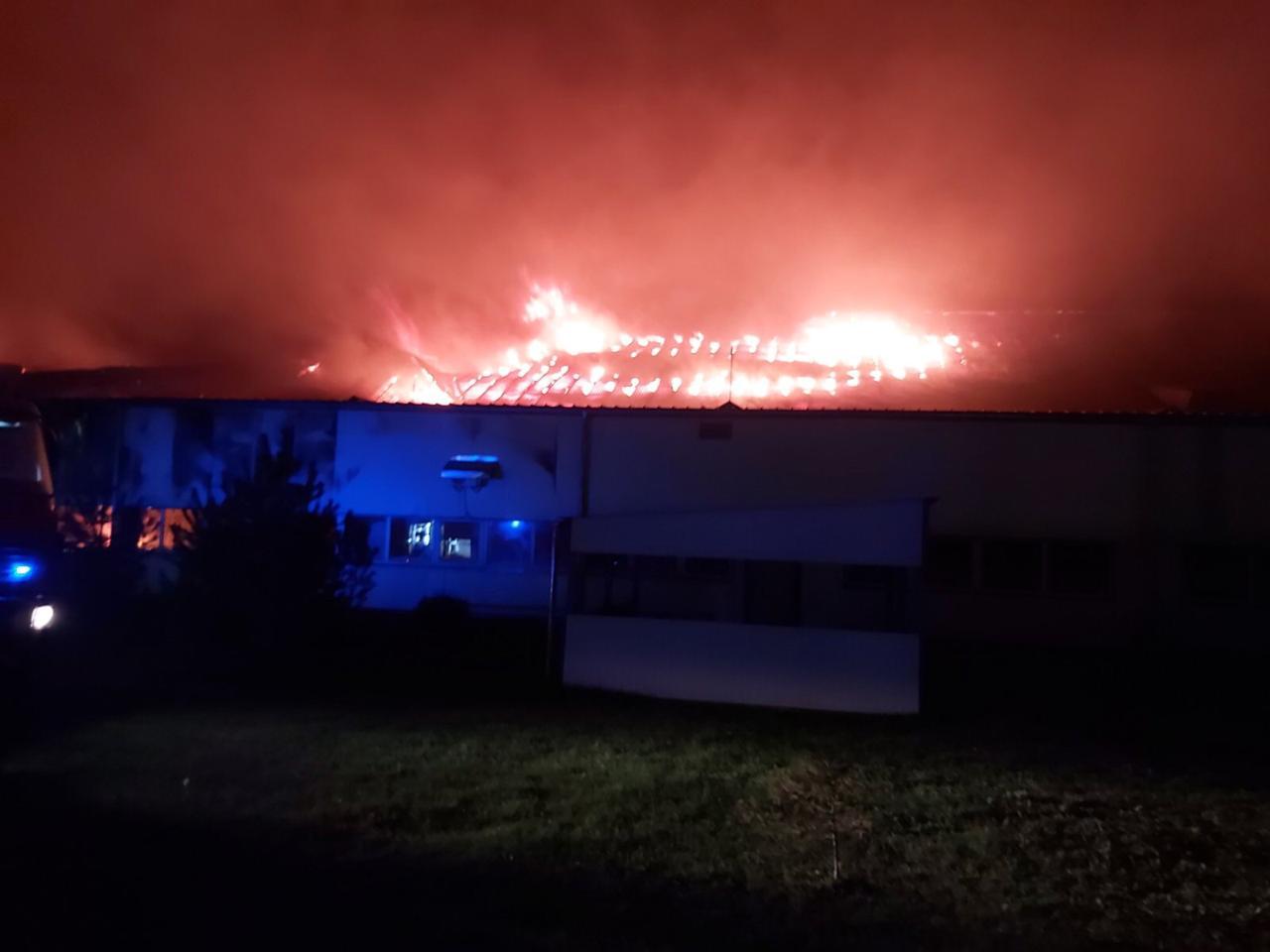 Велика пожежа у Мукачеві на території відомої фабрики: вогонь гасять 127 людей